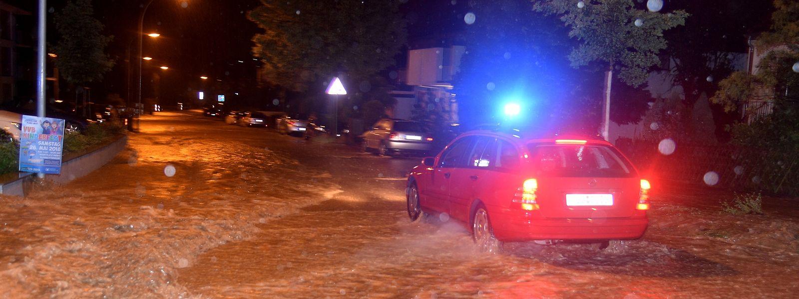 Ein heftiges Unwetter hat in der Nacht zum Freitag im Saarland und Rheinland-Pfalz gewütet und Straßen sowie Keller unter Wasser gesetzt.