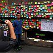 An einer Wand in Hongkong können Anwohner den Demonstranten auf Zetteln Wünsche übermitteln.
