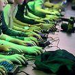 Computerspieler probieren bei einer Veranstaltung rund um Computerspiele ein Spiel aus.