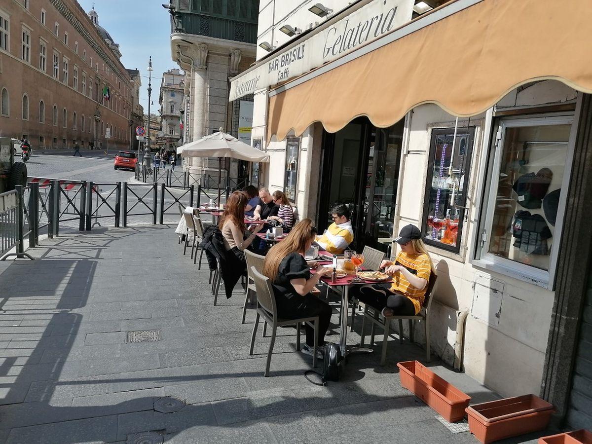 """Trotz Ausnahmezustand und """"Schutzzone"""": Weder die Römer noch die - nur noch wenigen - Touristen lassen es sich nehmen, sich in einer Gelateria an der Piazza Venezia im Römer Stadtzentrum zu erfrischen."""