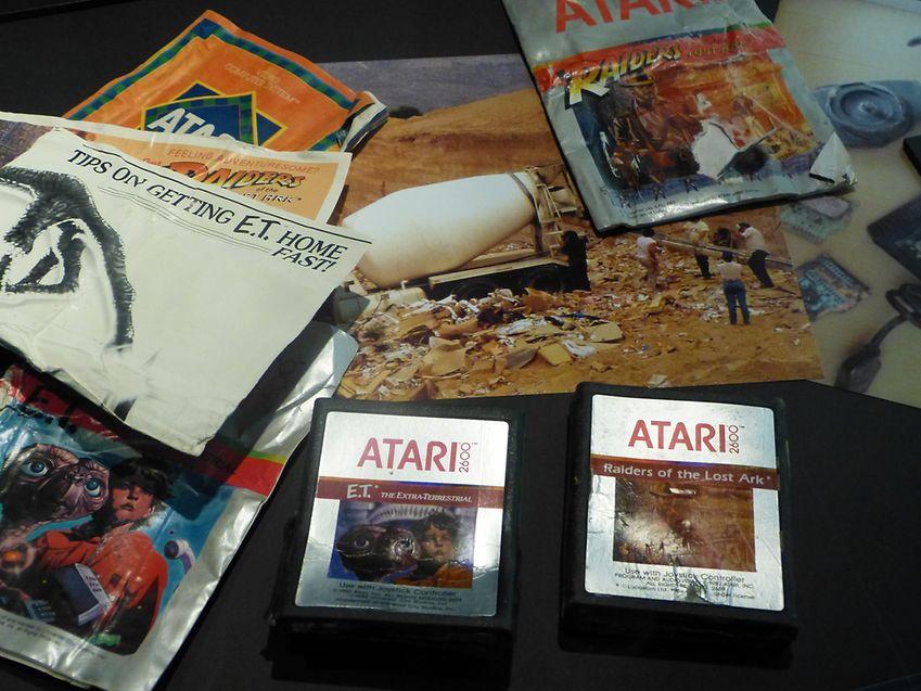 In der Ausstellung des Filmmuseums ist auch ein Exemplar des gefloppten E.T.-Games (Atari) von 1983 zu sehen. Zahllose unverkaufte Kopien waren kürzlich auf einer Mülldeponie im US-Bundesstaat New Mexico entdeckt worden.