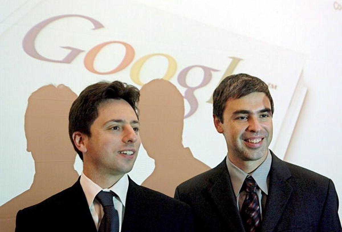 2004: Les deux cofondateurs de Google, Larry Page et Sergey Brin, donnent une conférence de presse. Un géant est né.