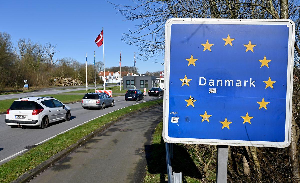 Autos fahren zum deutsch-dänischen Grenzübergang in Richtung Norden.