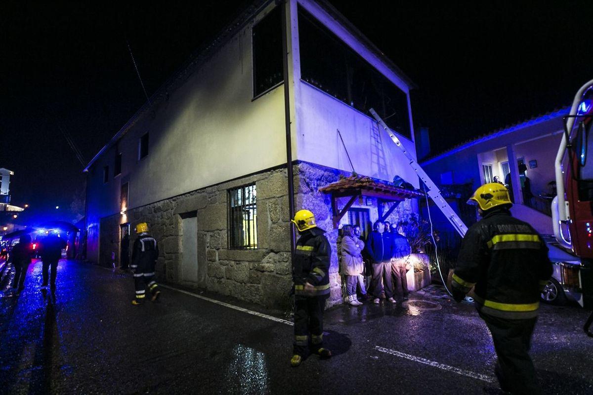 Pompiers et villageois au secours des victimes