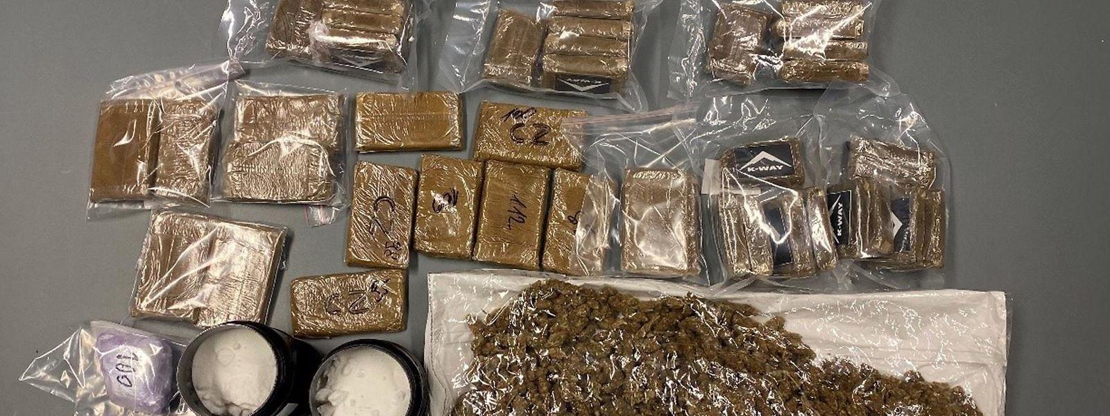 Insgesamt wurden mehr als sechs Kilogramm Marihuana, fünf Kilogramm Haschisch, drei Kilogramm Kokain und 80.000 Euro Bargeld sichergestellt.