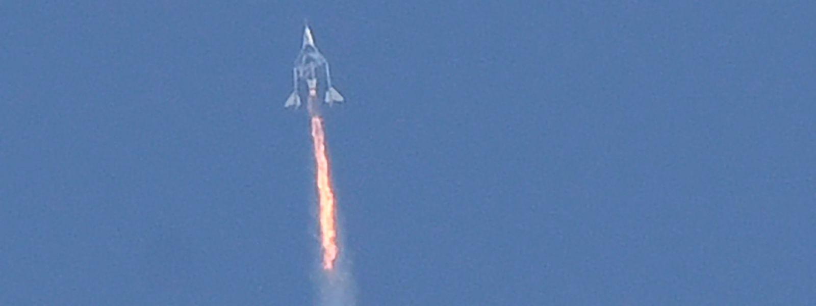 """Richard Branson ist mit zwei Astronautinnen und drei Astronauten in der """"VSS Unity"""" im Schlepptau eines Mutterflugzeugs von einem Flughafen im US-Bundesstaat New Mexico aufgebrochen."""
