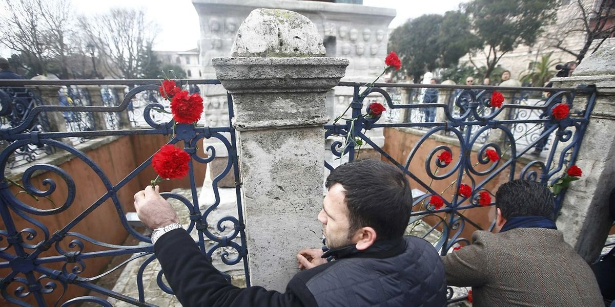 Einwohner von Istanbul schmücken den Ort des Anschlages als Zeichen des Beileids mit Rosen und Nelken.