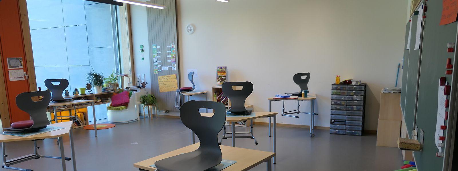 Bei einem Mindestabstand von zwei Metern zwischen den Schulbänken wirkt auch ein voll besetzter Klassensaal seltsam leer.