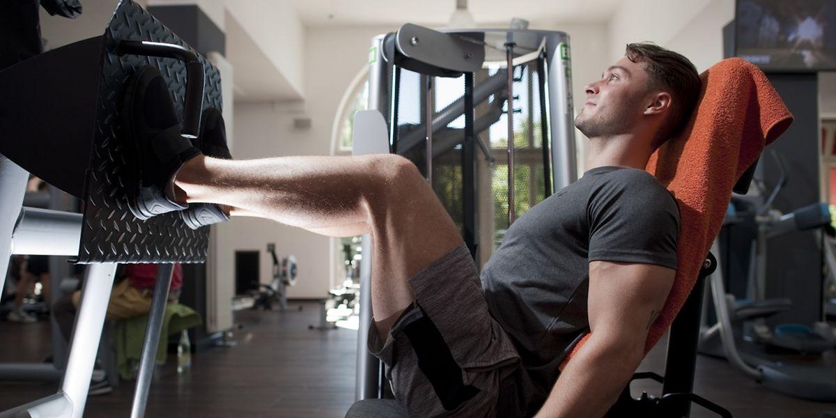 Nach intensivem Training oder ungewohnten Bewegungen kann der Muskelkater in den Beinen so heftig sein, dass man kaum die Treppe runterkommt.