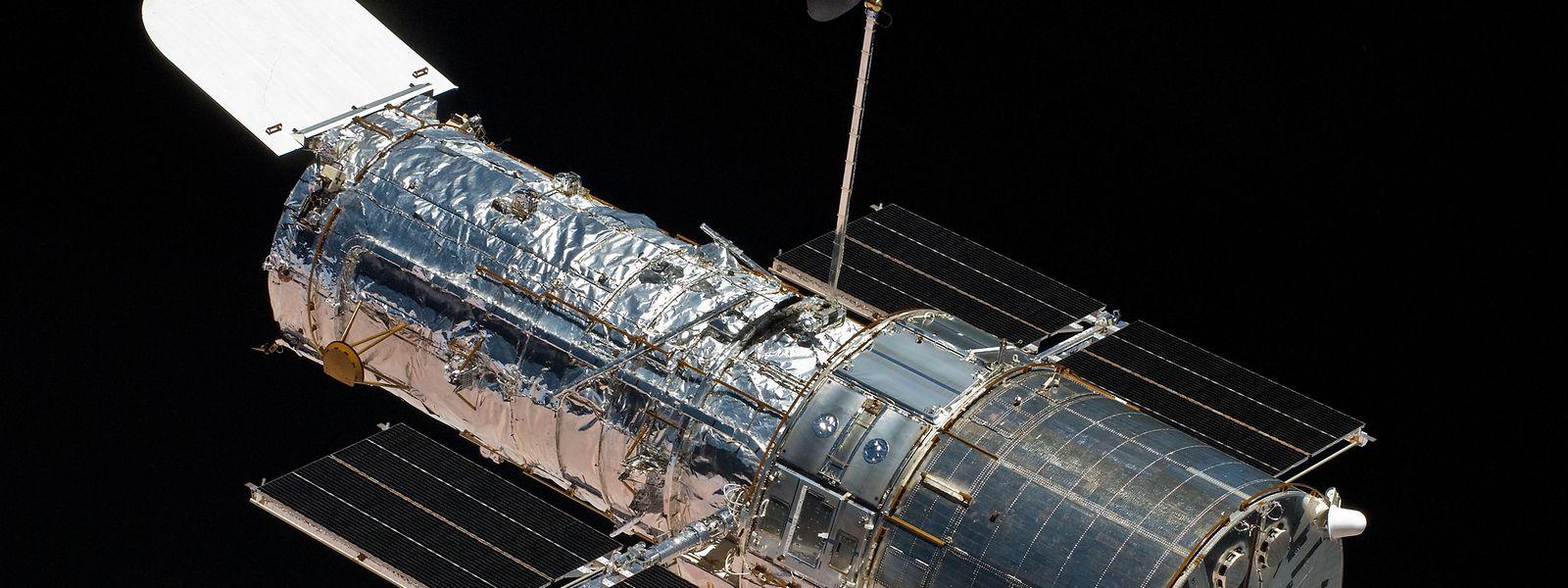 """Etwa so groß wie ein Bus: Das Weltraumteleskop """"Hubble"""". Am Freitag feiert es seinen 30. Geburtstag."""
