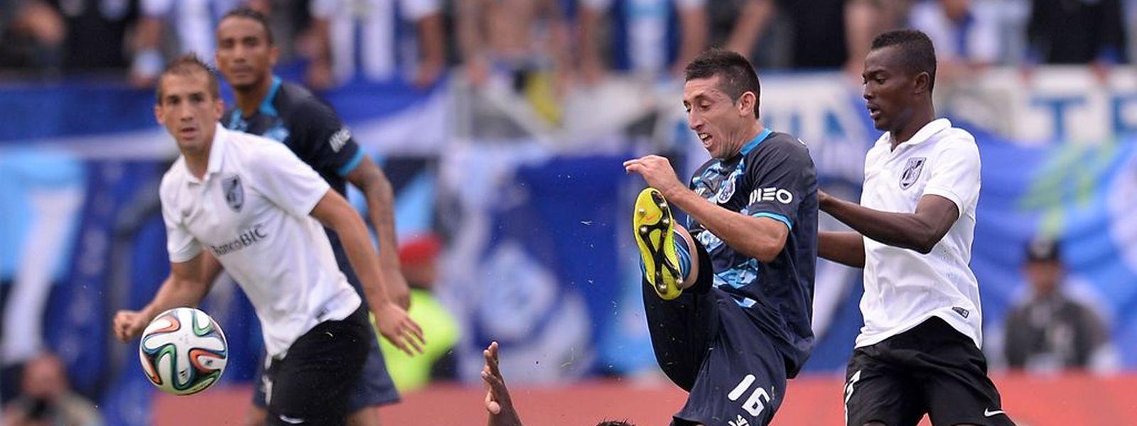 Herrera do FC Porto disputa a bola com Cafu do Vitoria de Guimar~ees