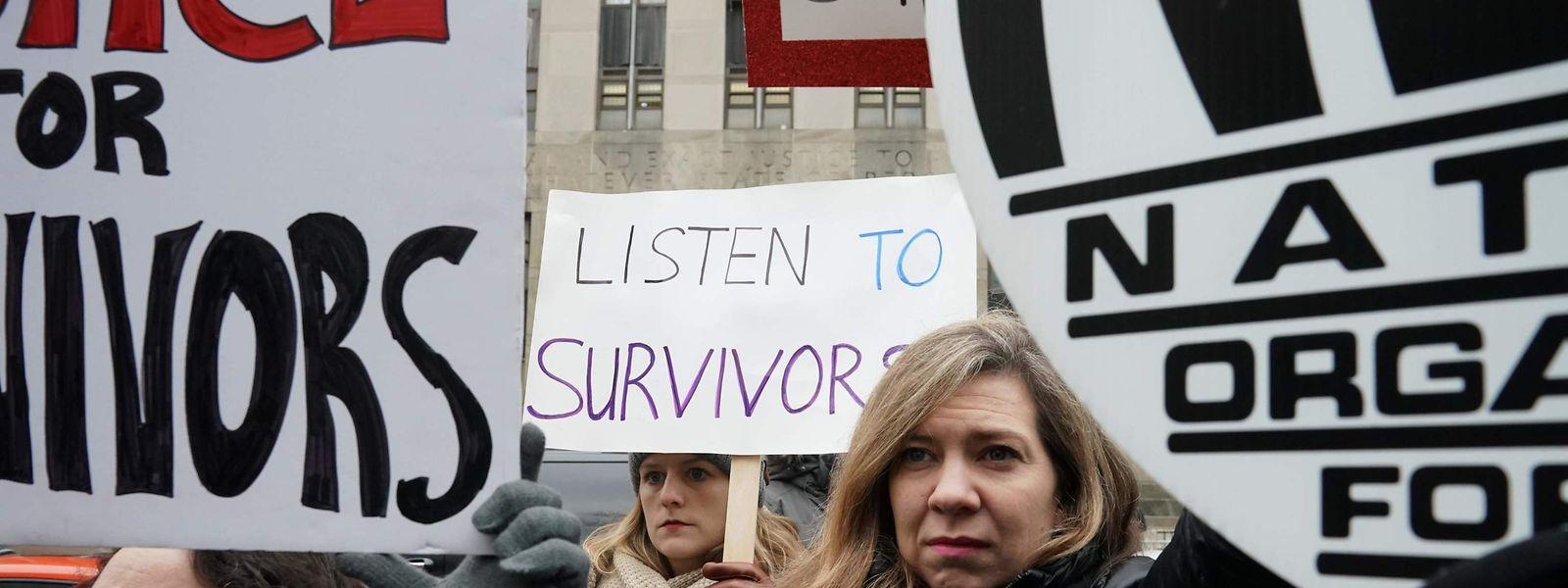 Des victimes d'agression sexuelle ont accueilli le producteur américain pour l'ouverture de son procès.