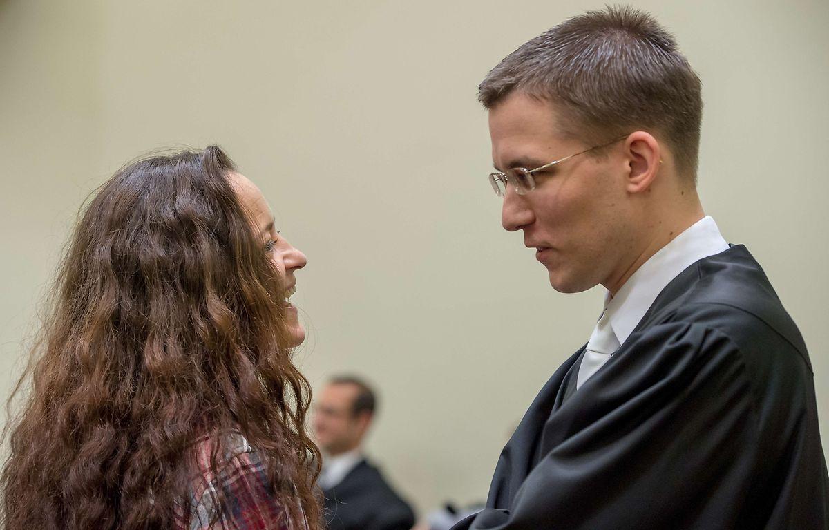 Die Hauptangeklagte Beate Zschaepe im Gespräch mit ihrem Anwalt Mathias Grasel.