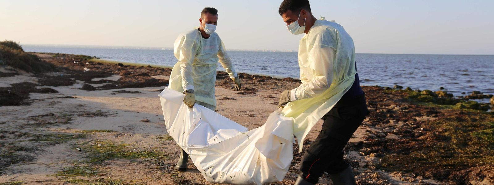 Les cadavres de dizaines de migrants africains s'échouent sur les côtes tunisiennes après leur naufrage en Méditerranée.
