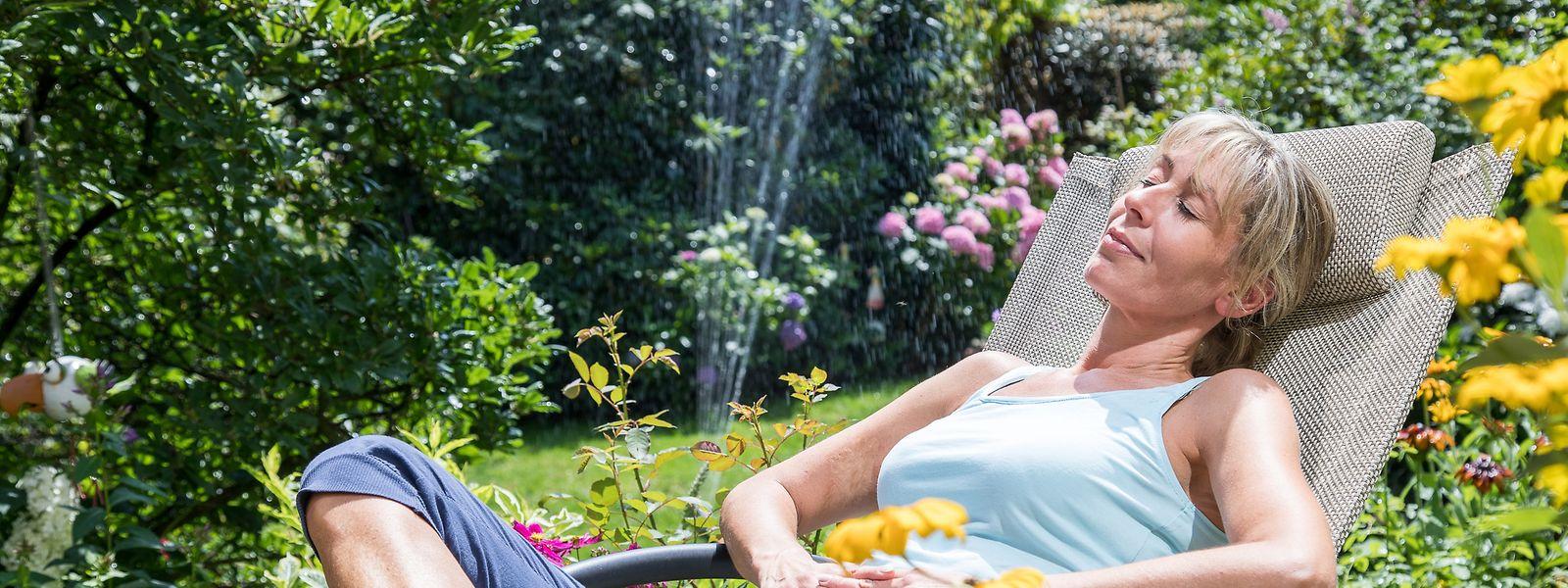 Weniger Arbeit und mehr Zeit zum Entspannen imGarten: Die Technologien des Smart Gardenings können das ermöglichen und etwa Rasenmähen oder Gießen von der Aufgabenliste streichen.