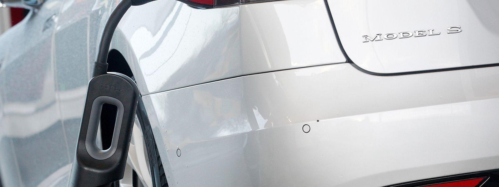 Ein Tesla Model S während des Ladevorgangs: Der Hersteller brachte Ende 2018 weniger Elektroautos an die Kundschaft als erwartet.