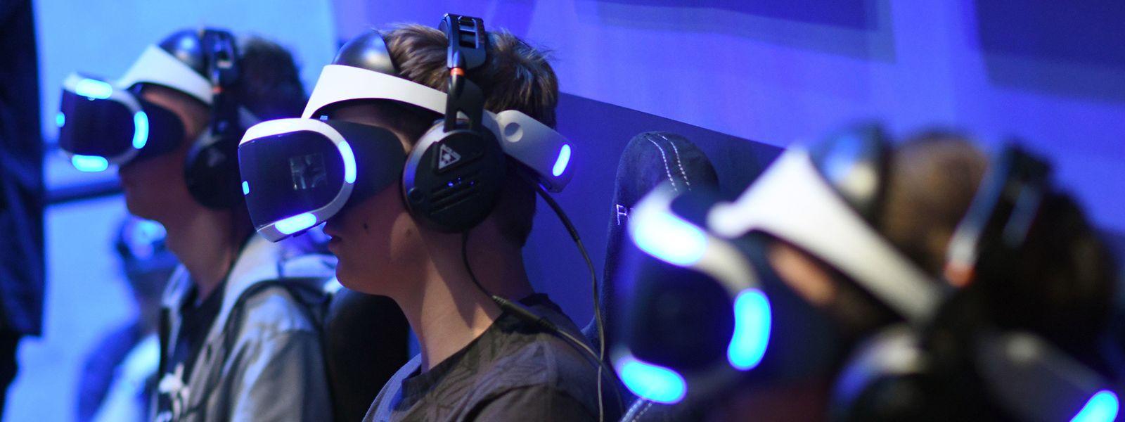 Drei Spieler mit der Playstation-VR-Brille (230 Euro), mit der sich die PS4 aufrüsten lässt.
