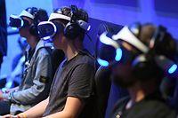 ARCHIV - Zum Themendienst-Bericht von Benedikt Wenck vom 16. Juli 2020: Drei Spieler mit der Playstation-VR-Brille (230 Euro), mit der sich die PS4 aufrüsten lässt. Foto: Henning Kaiser/dpa-tmn - Honorarfrei nur für Bezieher des dpa-Themendienstes +++ dpa-Themendienst +++