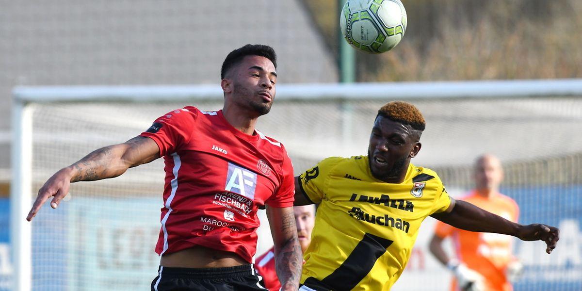 Theo Sully, ici surveillé par Stelvio, et son club de Strassen ont arraché un point à Dudelange.