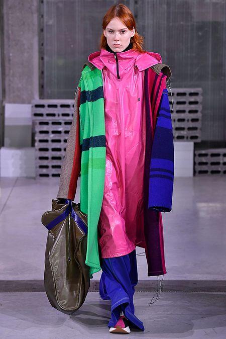 Marni beweist mit der Kombination von Mänteln in Knallfarben zusätzlichen Mut zum Mode-Statement.