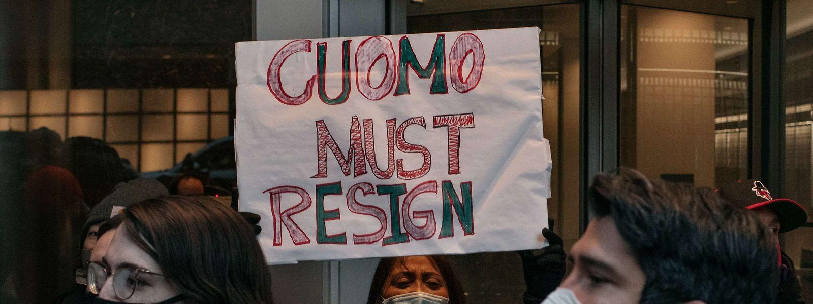 In New York gab es Anfang März mehrere Demonstrationen gegen Gouverneur Andrew Cuomo, bei denen sein Rücktritt gefordert wurde.
