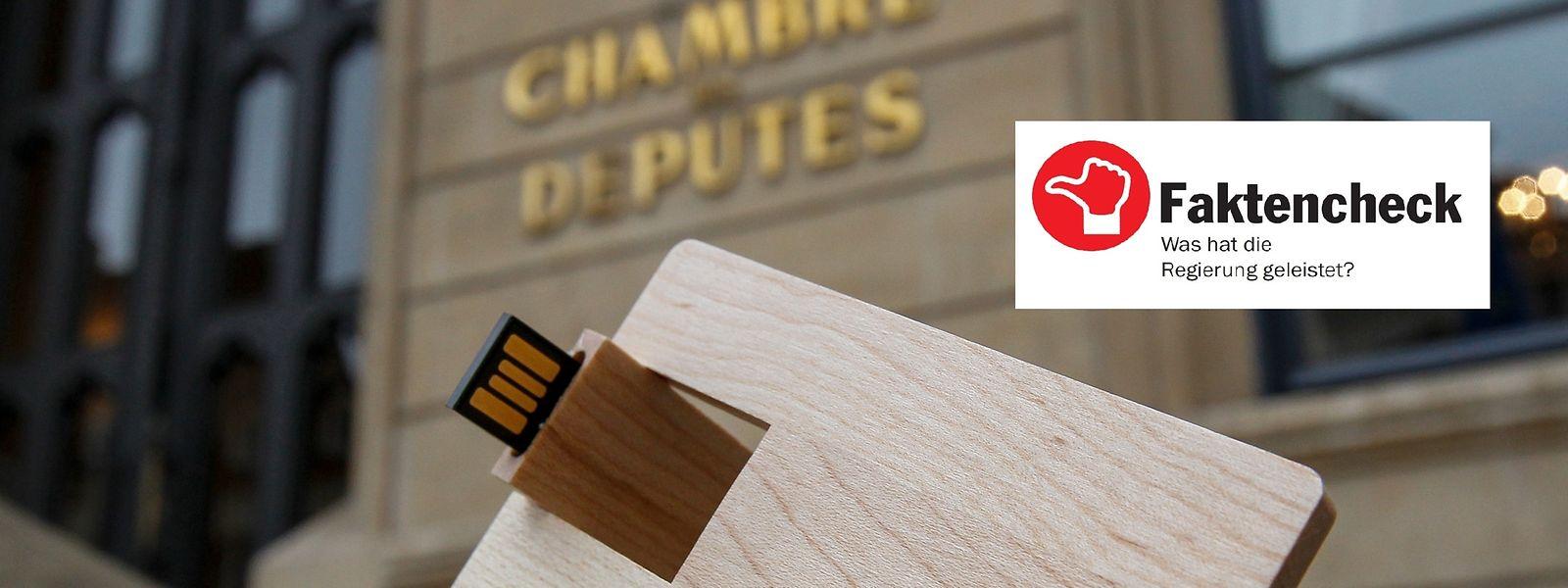 Der 2016er Haushaltsentwurf war auf einem in Holz gefassten USB-Stick abgespeichert.