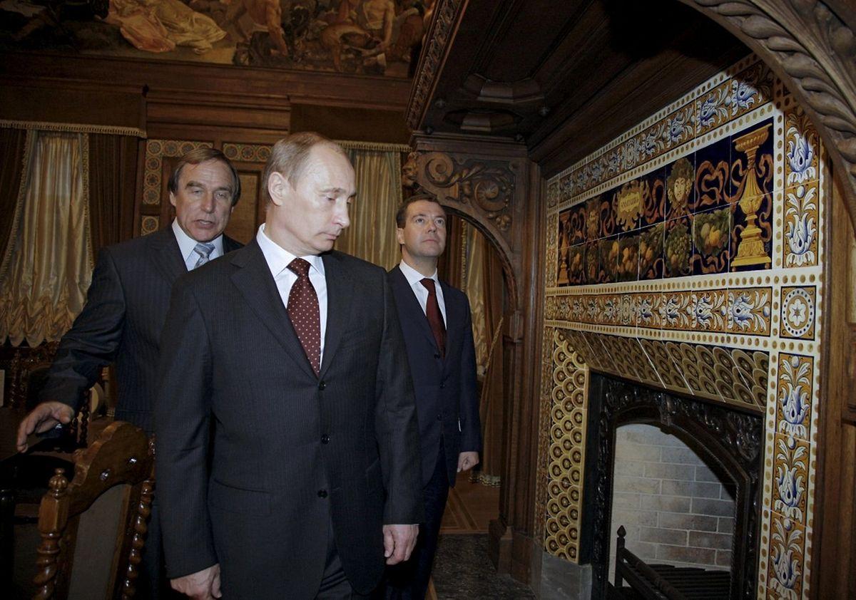 Russlands Präsident Wladimir Putin (Mitte) im Jahr 2009 auf einem Bild mit Sergej Roldugin (links).