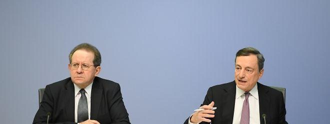 Mario Draghi (r), Präsident der Europäischen Zentralbank (EZB), spricht während der Pressekonferenz in der EZB-Zentrale neben seinem Stellvertreter Vitor Constancio.