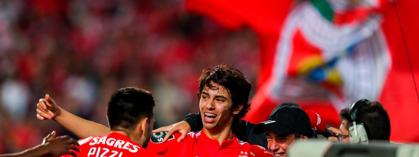 João Félix a festejar o golo com Pizzi e com o seu irmão, Hugo Félix.
