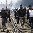 Es geht auch um das Los der Flüchtlinge in Idomeni. EU-Gipfelchef Donald Tusk, EU-Kommissionschef Jean-Claude Juncker und der niederländische Regierungschef Mark Rutte wollten am Vormittag in kleiner Runde mit dem türkischen Premier verhandeln.