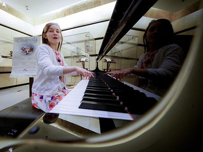 """11 year-old Alma Deutscher performs in The Wiener Musikverein in Vienna on October 6, 2016.  The British 11-year-old's opera 'Cinderella' will premiere in Vienna on December 29, 2016. Deutscher, who composed her first full piano sonata aged six, says she gets lots of her ideas with the help of her special skipping rope."""" / AFP PHOTO / JOE KLAMAR"""