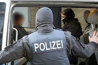 ARCHIV - 18.04.2018, Nordrhein-Westfalen, Siegen: Die Bundespolizei geht in einer groß angelegten Aktion gegen eine Bande im Rotlichtmilieu vor (Illustration zum Thema Einsatz der Bundespolizei). Im Ruhrgebiet hat sie nun zum erneuten Schlag gegen die Organisierte Kriminalität angesetzt. (zu dpa «Erneut Schlag gegen Organisierte Kriminalität im Ruhrgebiet»vom 23.10.2018) Foto: ---/dpa +++ dpa-Bildfunk +++