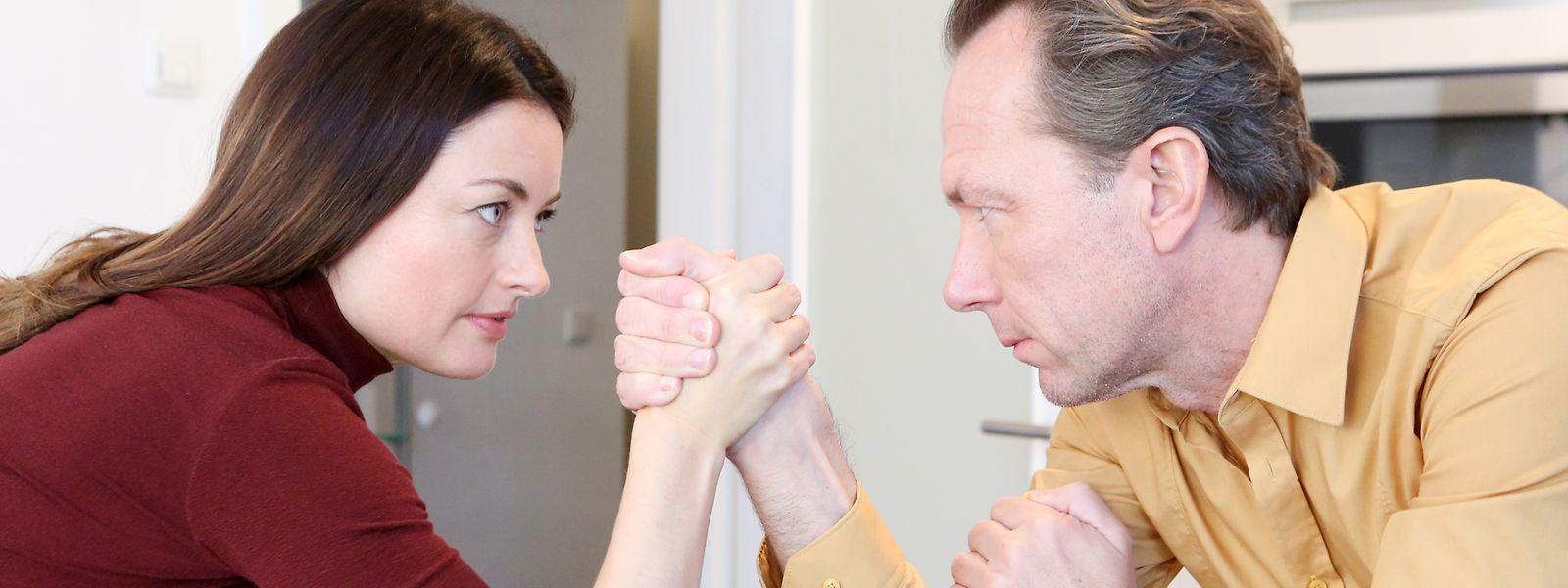 Hinter dem Kräftemessen in der Partnerschaft kann der Wunsch nach Abgrenzung, aber auch geringes Selbstwertgefühl stecken.