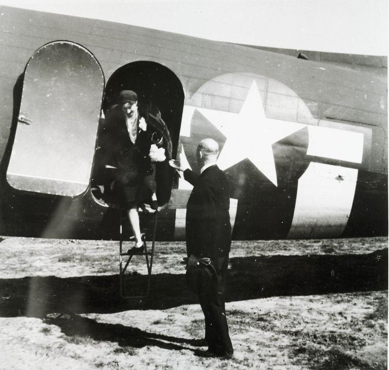 Samstag, 14. April 1945, kurz vor 16.30 Uhr: Großherzogin Charlotte steigt aus dem Flugzeug, das sie von London nach Luxemburg gebracht hat.