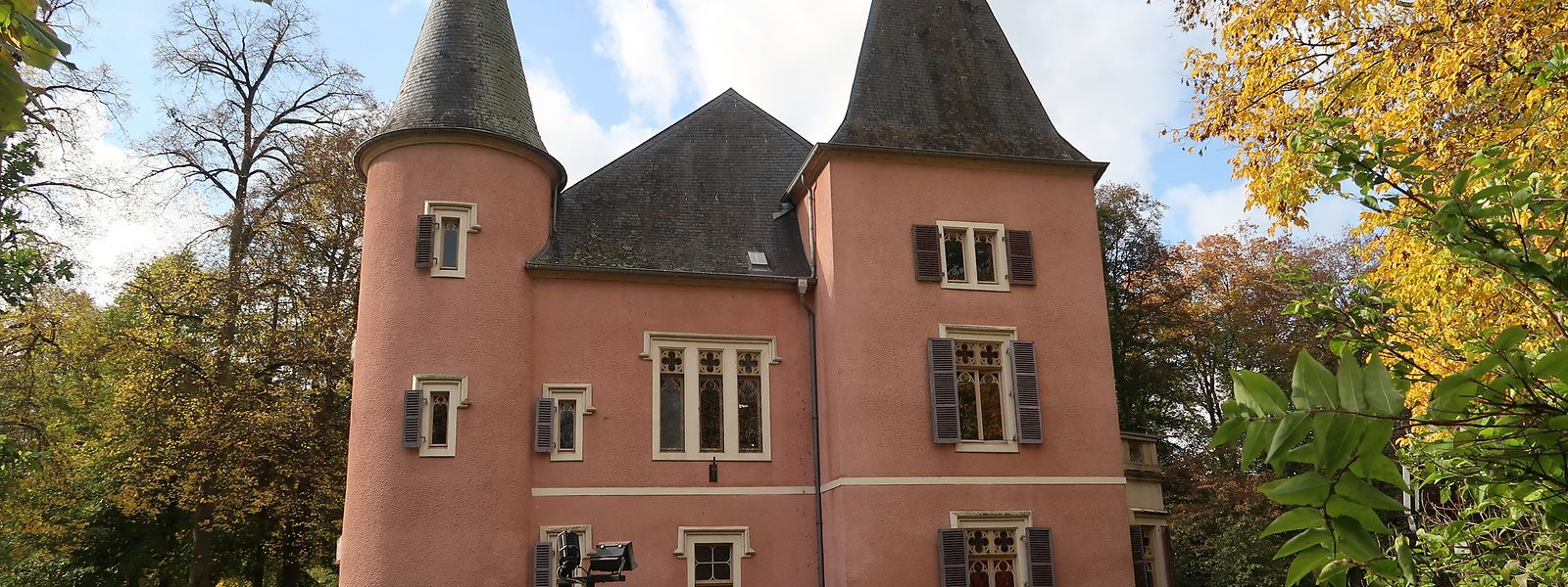 Das um 1630 erbaute Schloss Erpeldingen ist seit 1987 Sitz der lokalen Gemeindeverwaltung.