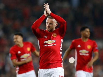 Wayne Rooney retribui os aplausos do público em Old Trafford