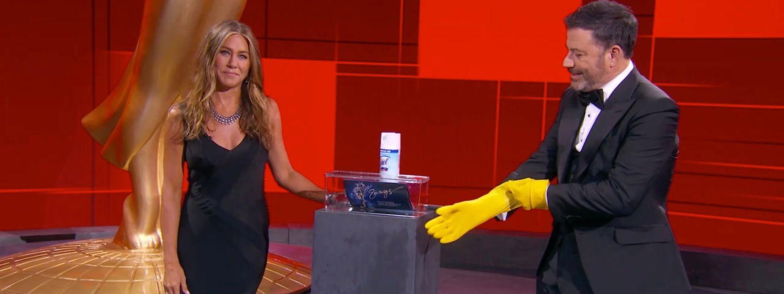 Hygiene geht vor: Jennifer Aniston und Moderator Jimmy Kimmel bei der Emmy-Verleihung.
