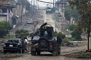 Un blindé du contre-terrorisme irakien dans le quartier de Yabasat à Mossoul-Est, à l'offensive contre les djihadistes de Daech. Quelques signes laissent entrevoir que ces soldats irakiens ne sont pas des enfants de choeur non plus.