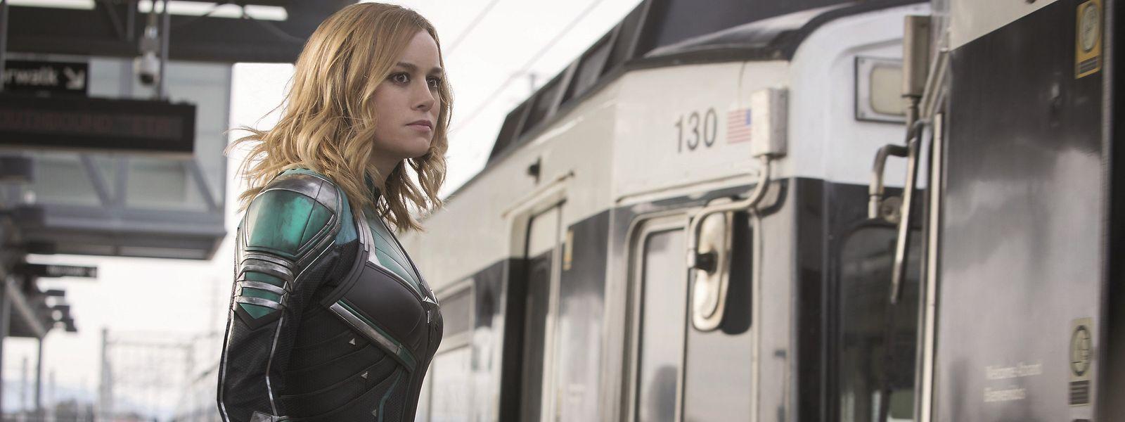 Selbst eine Superheldin wie Captain Marvel (Brie Larson) muss ab und an auf den öffentlichen Transport zurückgreifen.