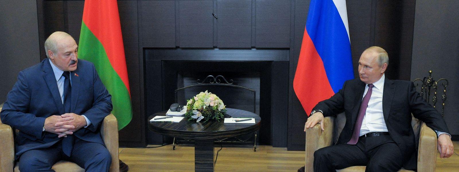 Der russische Präsident Vladimir Putin (rechts) hat sich am Freitag mit dem umstrittenen Präsidenten von Belarus, Alexander Lukaschenko, getroffen.