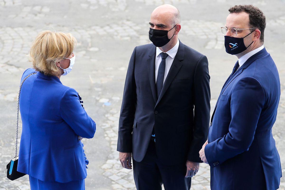 Gesundheitsministerin Paulette Lenert spricht am Dienstag am Rande der Zeremonie zum französischen Nationalfeiertag in Paris mit ihren Amtskollegen aus der Schweiz, Alain Berset, und Deutschland, Jens Spahn (r.).