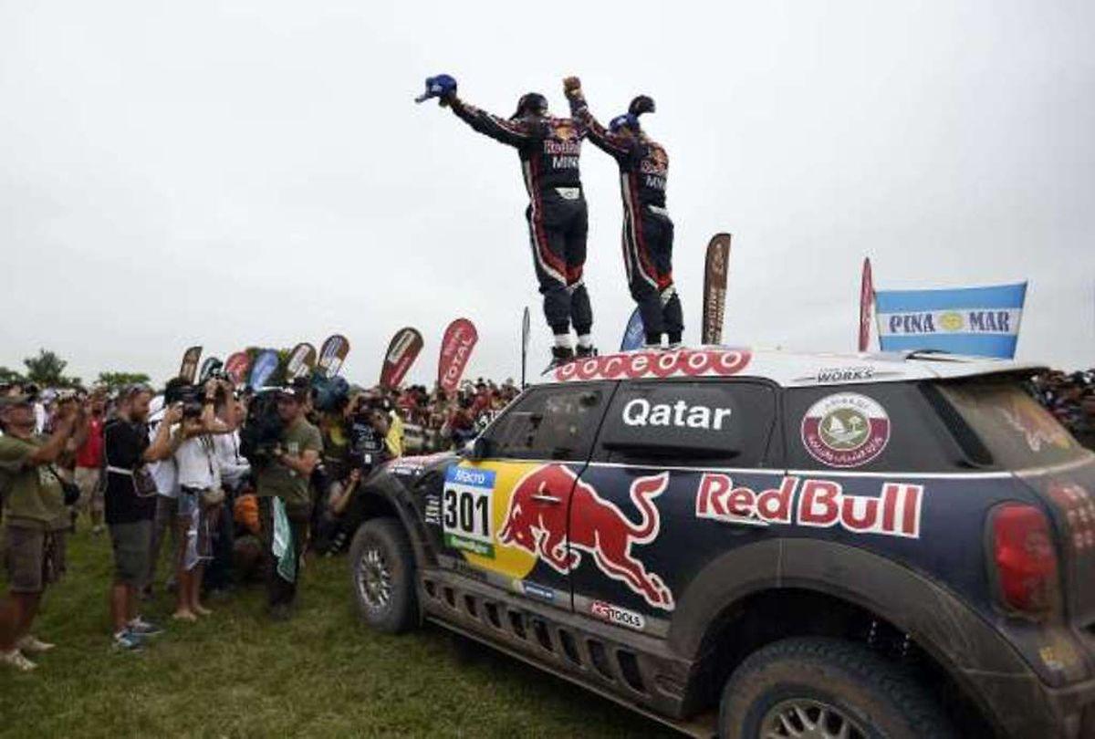 Nasser Al-Attiyah et Mathieu Baumel célèbrent leur victoire au Dakar 2015.