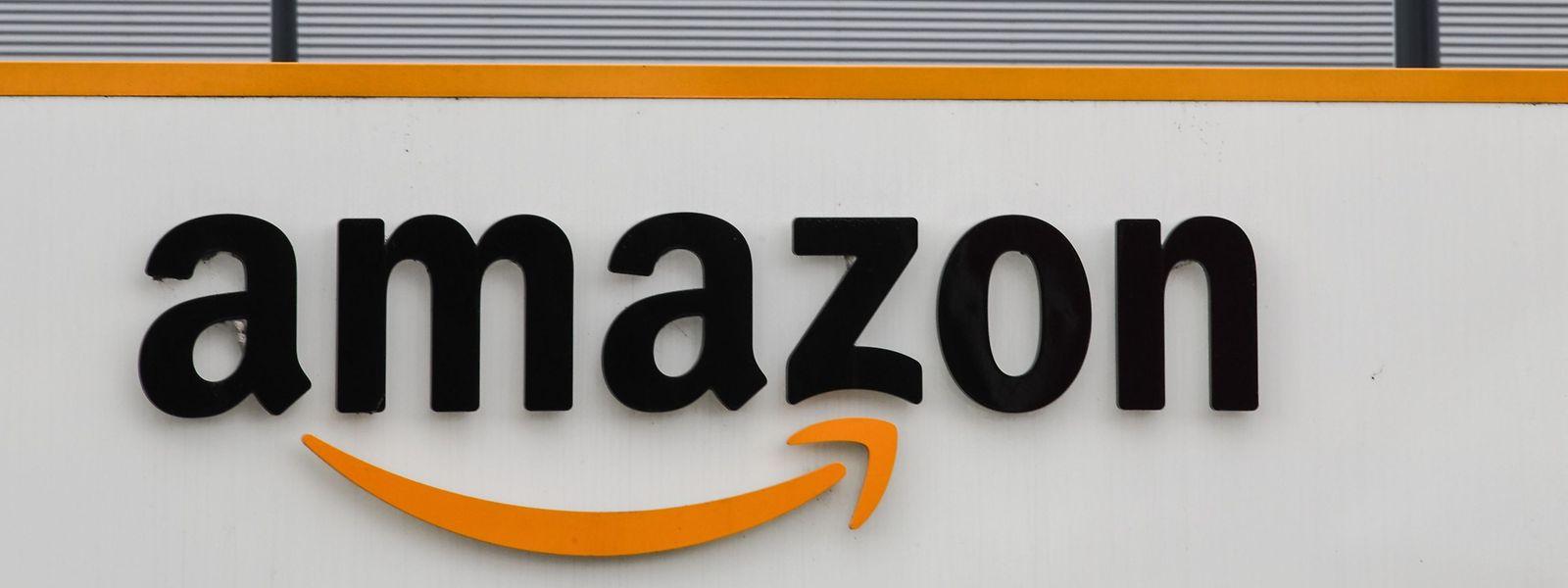 Das Amazon-Logo über dem Eingang zum Logistik-Zentrum im nordfranzösischen Lauwin-Planque.