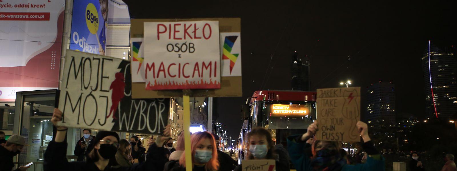 Junge Demonstrantinnen nehmen an einem Protest gegen eine Verschärfung des Abtreibungsrechts in Polen teil.