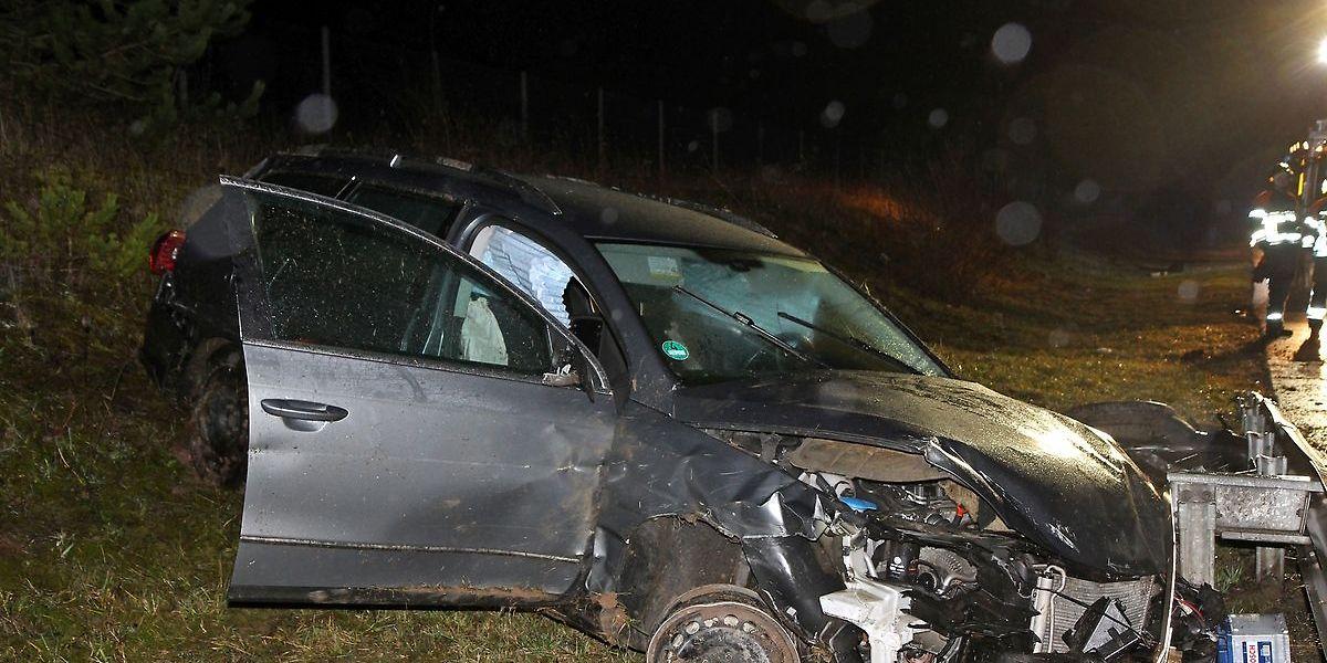 O veículo capotou várias vezes e saiu da estrada.