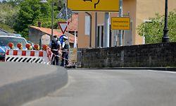 In Echternach sichern deutsche Polizisten die Grenze gegen die unerlaubte Einreise nach Deutschland.