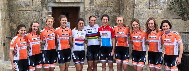 L'équipe Boels Dolmans pour 2018 avec ses maillots distinctifs portés par la Britannique Lizzie Deignan, la championne du monde Chantal Blaak et la championne nationale Christine Majerus.