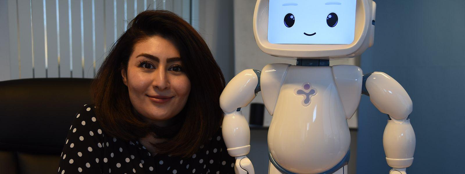 Aida Nazarikhorram führt den kleinen Roboterhelfer QT vor, der nicht nur Therapeuten, sondern auch Eltern oder Geschwister dabei unterstützen soll, mit an einer autistischen Störung leidenden Kindern zu arbeiten.