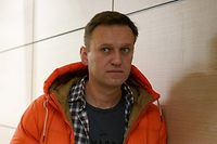 (FILES) This file photo taken on December 26, 2019 shows Russian opposition leader Alexei Navalny standing near law enforcement agents in a hallway of a business centre, which houses the office of his Anti-Corruption Foundation (FBK), in Moscow. - The German government said Monday, September 14, 2020 that laboratories in France and Sweden have confirmed its own findings that Russian opposition leader Alexei Navalny was poisoned with a Novichok nerve agent. (Photo by Dimitar DILKOFF / AFP)