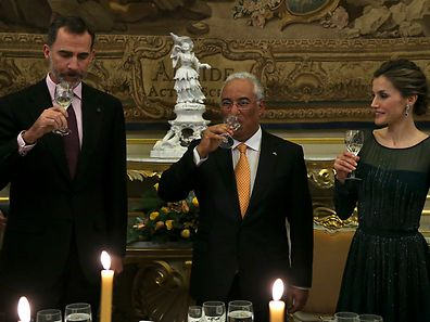 King of Spain Felipe VI (E) and Queen of Spain Letizia Ortiz Rocasolano (R) make a toast with the Prime Minister of Portugal, António Costa (C), at the royal palace of necessities, prior the official dinner in Lisbon, Portugal, 29th November 2016. The Spanish royals are on an official visit to Portugal until 30th November. ANTONIO COTRIM/LUSA/POOL